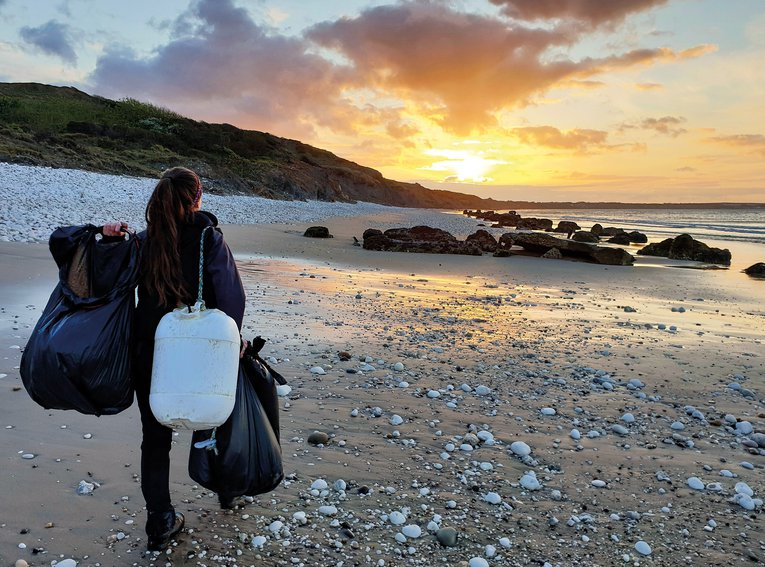 Volunteer Niamh Byrne beach cleaning